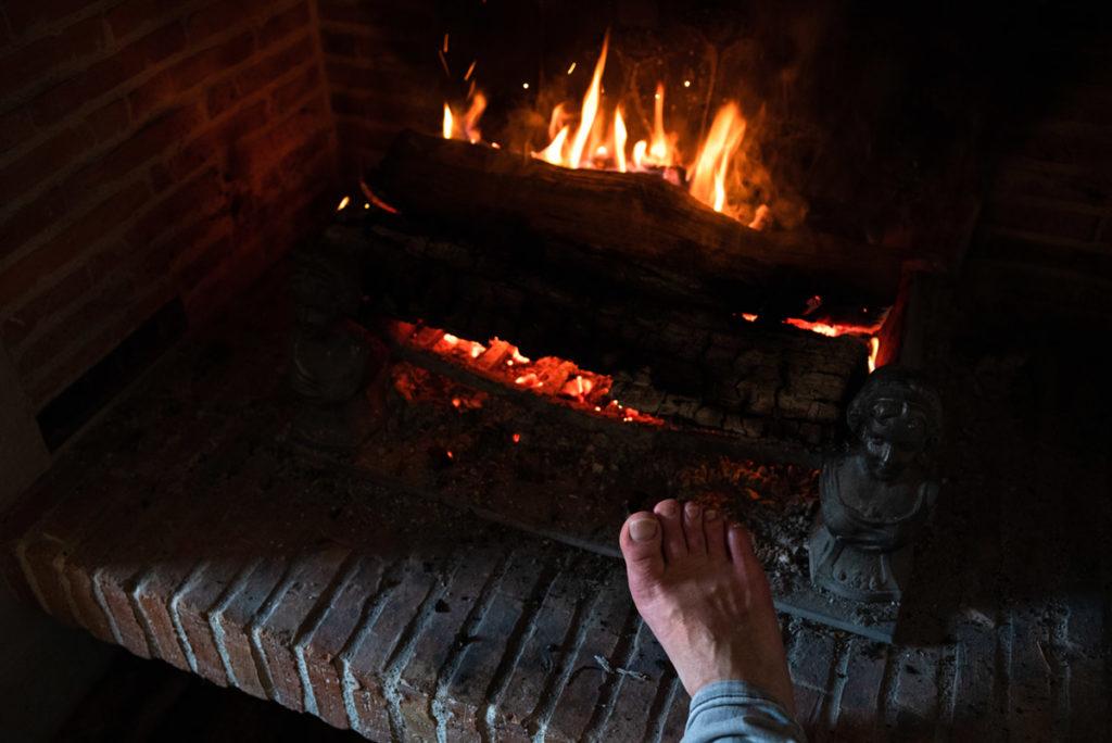 Mes autoportraits en 2019. Autoportrait humoristique de mon pied au coin du feu. Photographe Pascaline Michon.