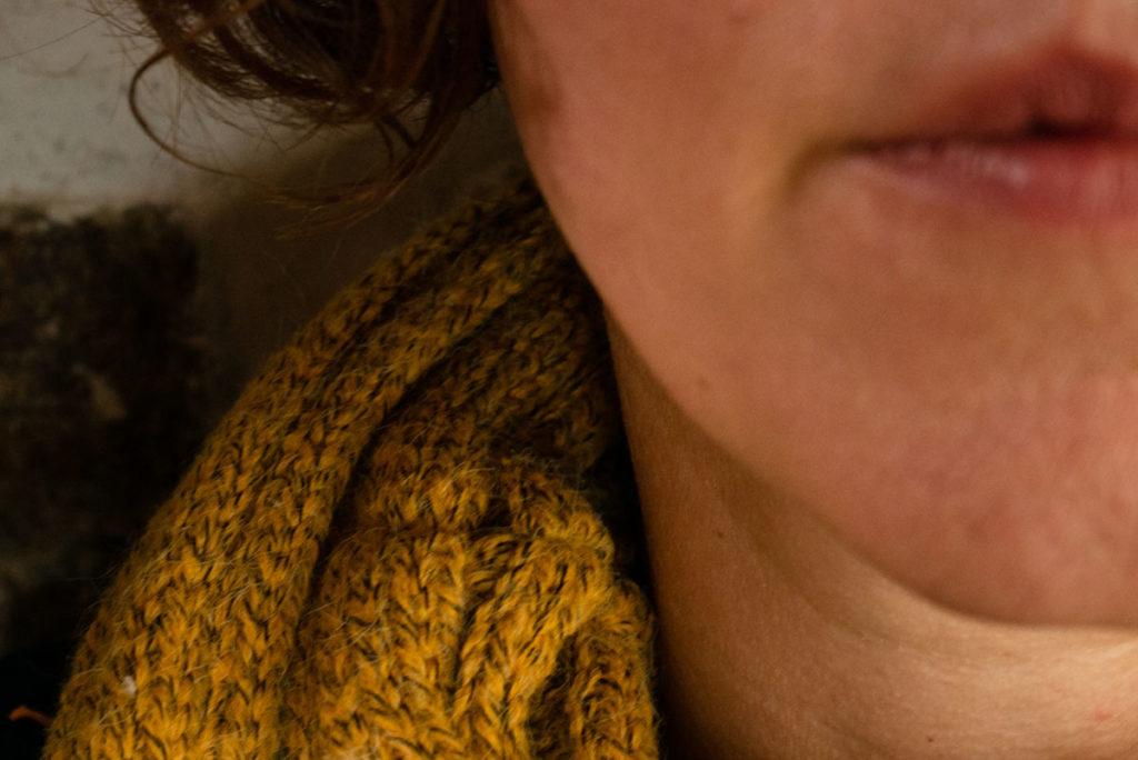 Mes autoportraits en 2019. Un quart d'autoportrait, jsute le bas de mon visage, la moitié de ma bouche. Mise au point sur mon écharpe. Photographe Pascaline Michon.