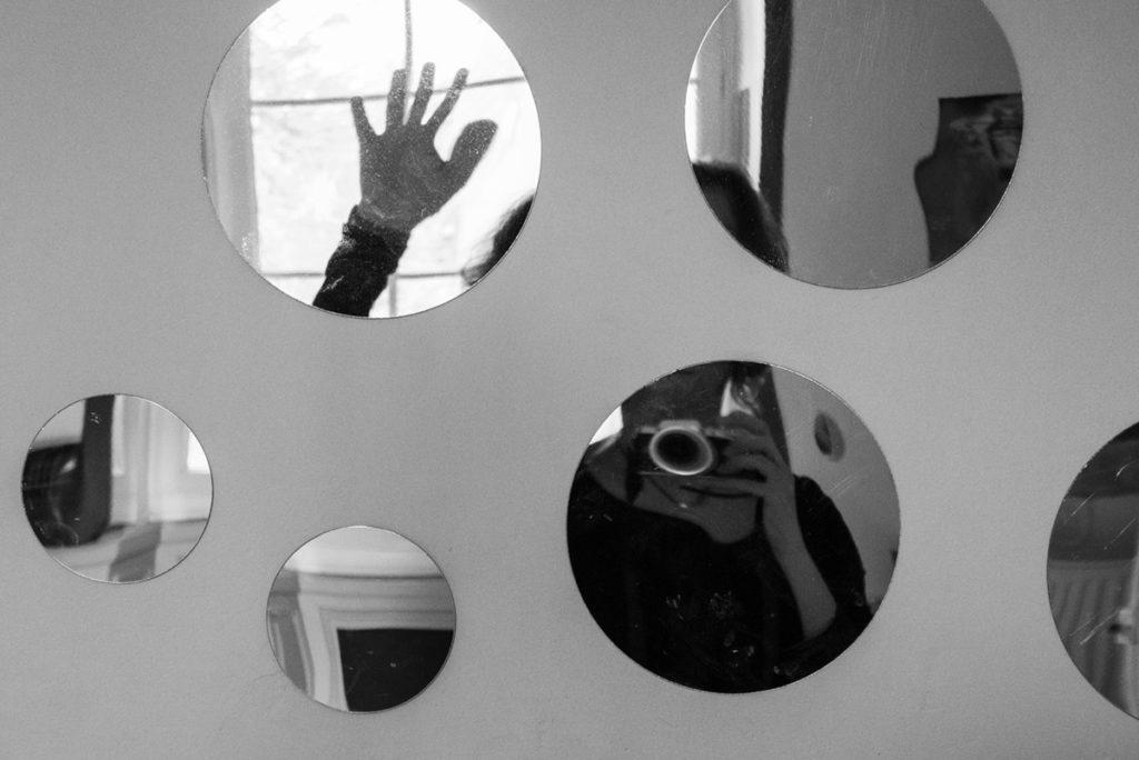 Mes autoportraits en 2019. Autoportrait morcelé dans différents petits miroirs déformants. Pascaline Michon Photographe.