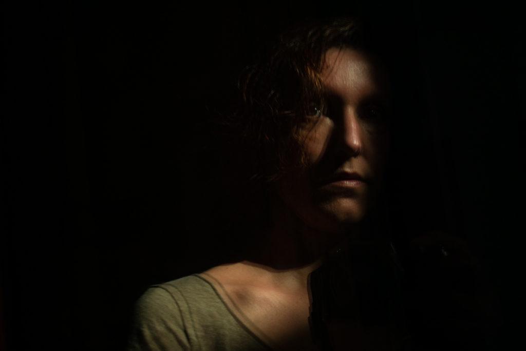Mes autoportraits en 2019. Autoportrait en clair obscur. Reflet dans une porte. Photographe Pascaline Michon.