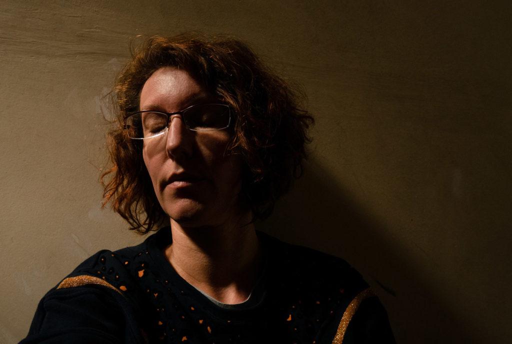 Mes autoportraits en 2019. Autoportrait en clair obscur, la lumière provenant d'un velux. Photographe Pascaline Michon.