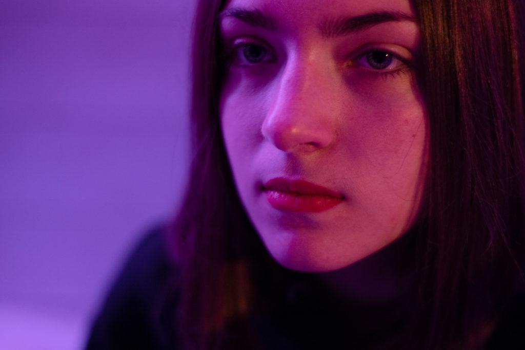 Portraits en lumière colorée. Portrait d'une ado, ambiance colorée violette. Photographe Pascaline Michon.