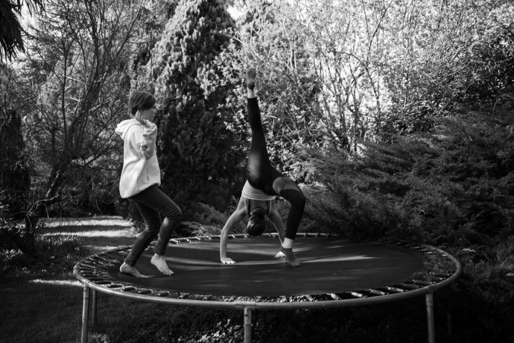 Documenter le quotidien pendant le confinement. Cours de gym sur trampoline.