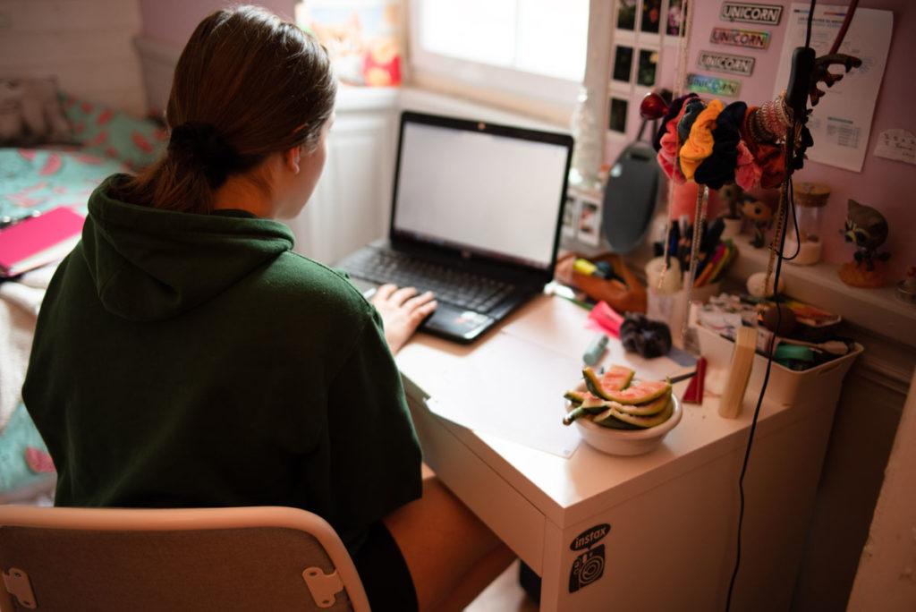 Défi photo le 24 du mois. Jeune fille travaillant au bureau de sa chambre.