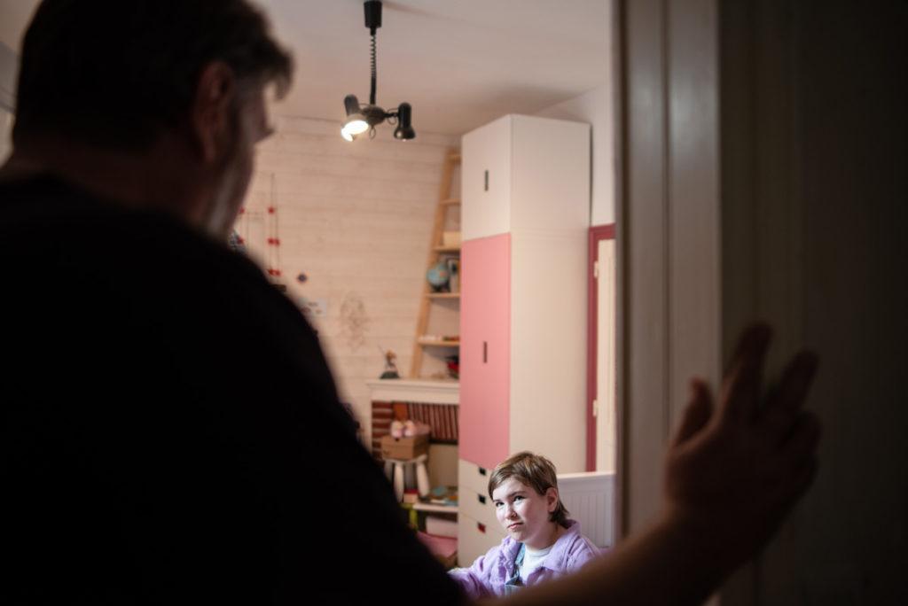 Mon quotidien en une photo par heure. Un père discutant avec sa jeune fille.