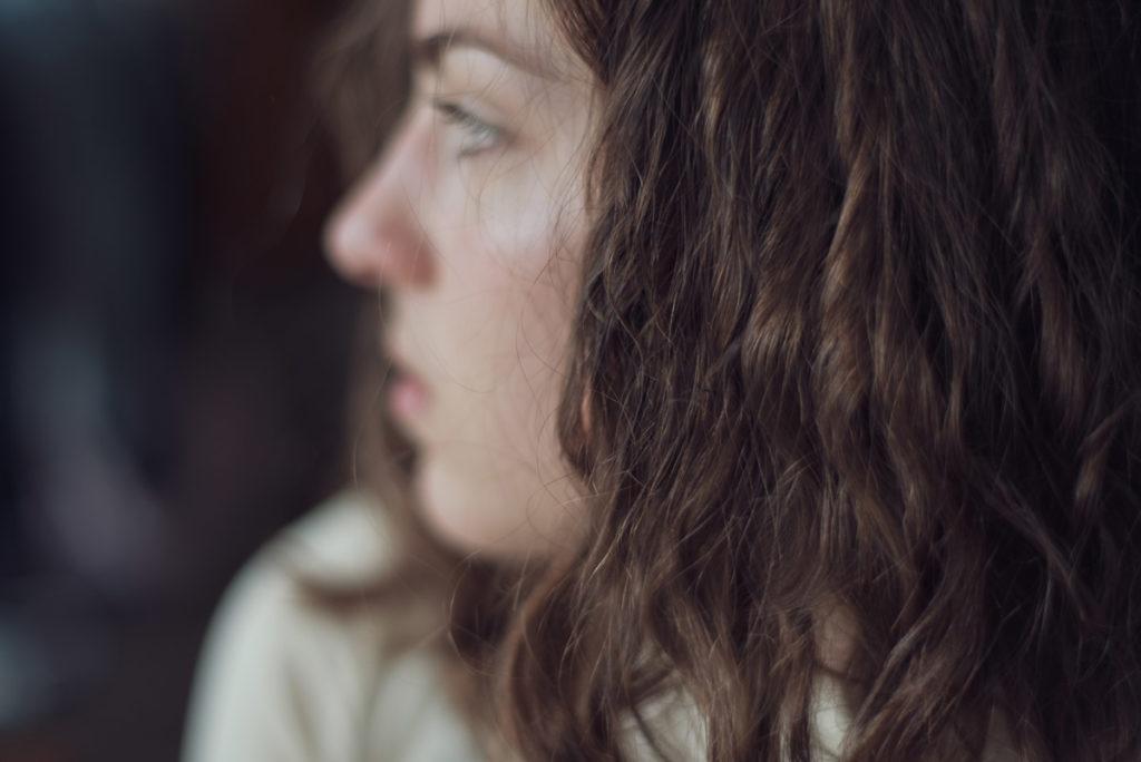 Parfois je fais des portraits posés. Portrait mise au point sur les cheveux.