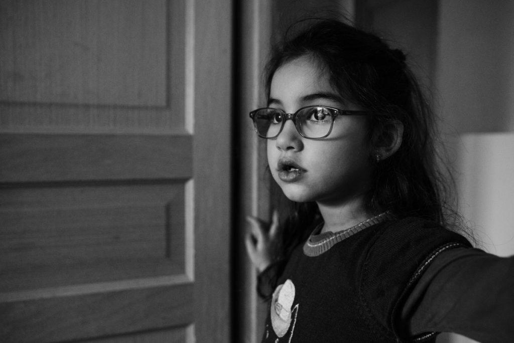 Réussir des portraits naturels de ses enfants. Portait en noir en blanc d'une jeune fille.