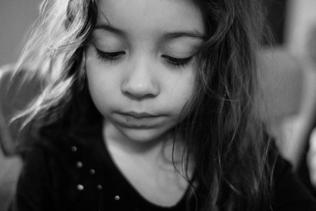 Portrait serré en noir et blanc d'une petite fille.