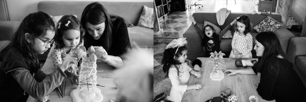 Reportage de famille. Jouer avec maman.