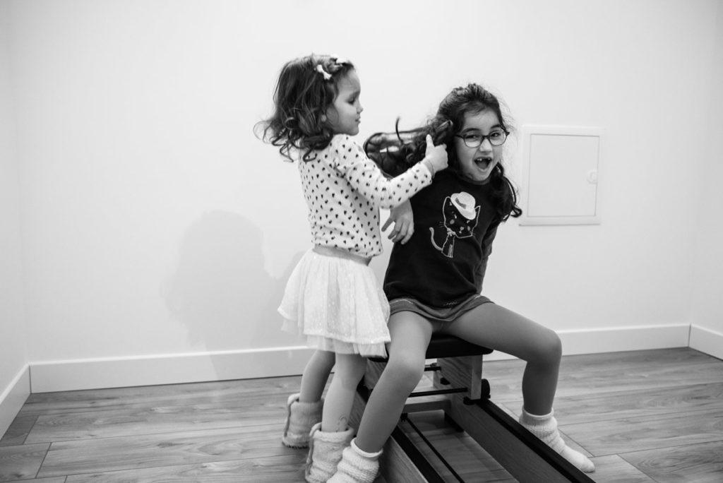 Dispute entre sœurs. portrait en noir et blanc.