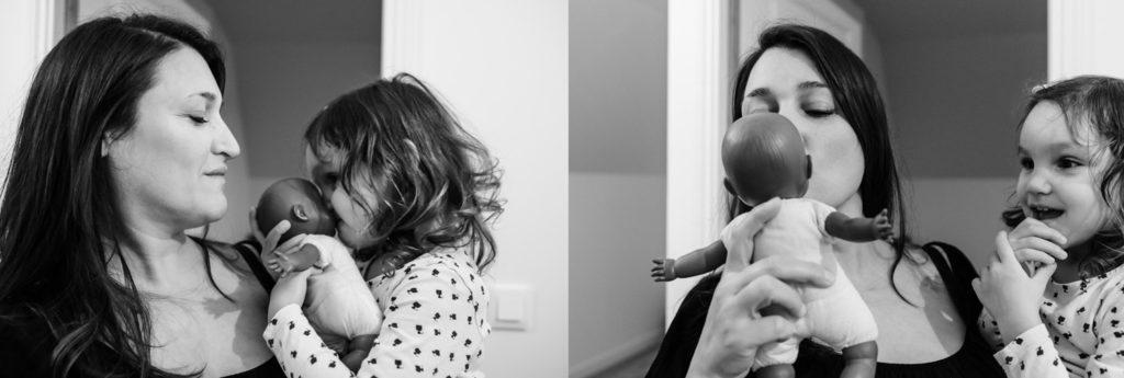 Moment câlin entre une mère et sa fille. Portait en noir et blanc.