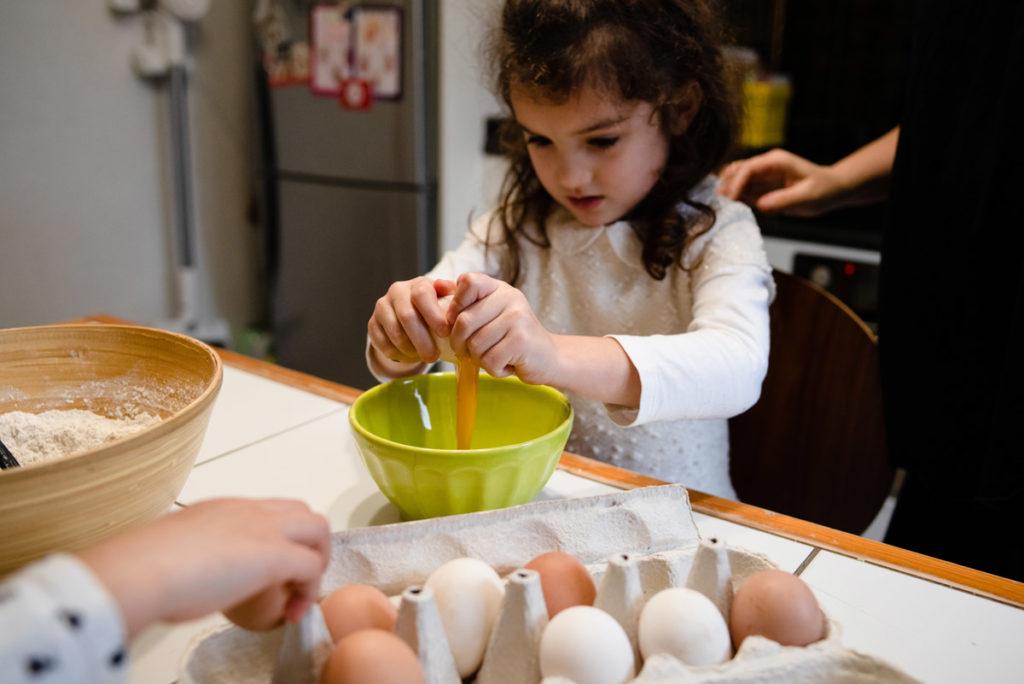 Casser des œufs. Cuisiner avec des enfants. Reportage photo.