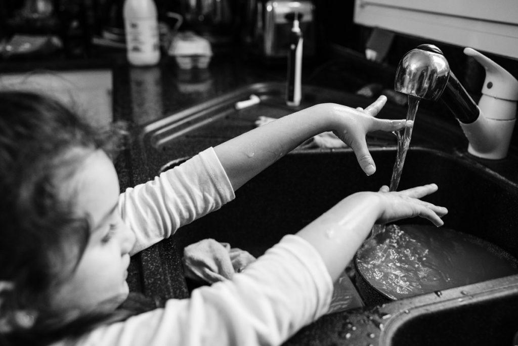 Portrait d'enfant en noir et blanc.