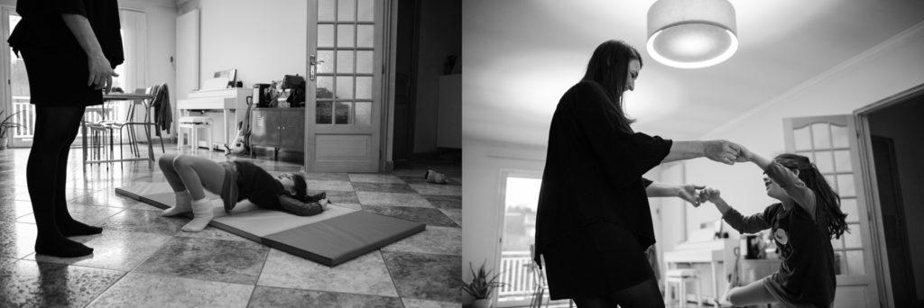 Gymnastique à la maison. Reportage de famille.
