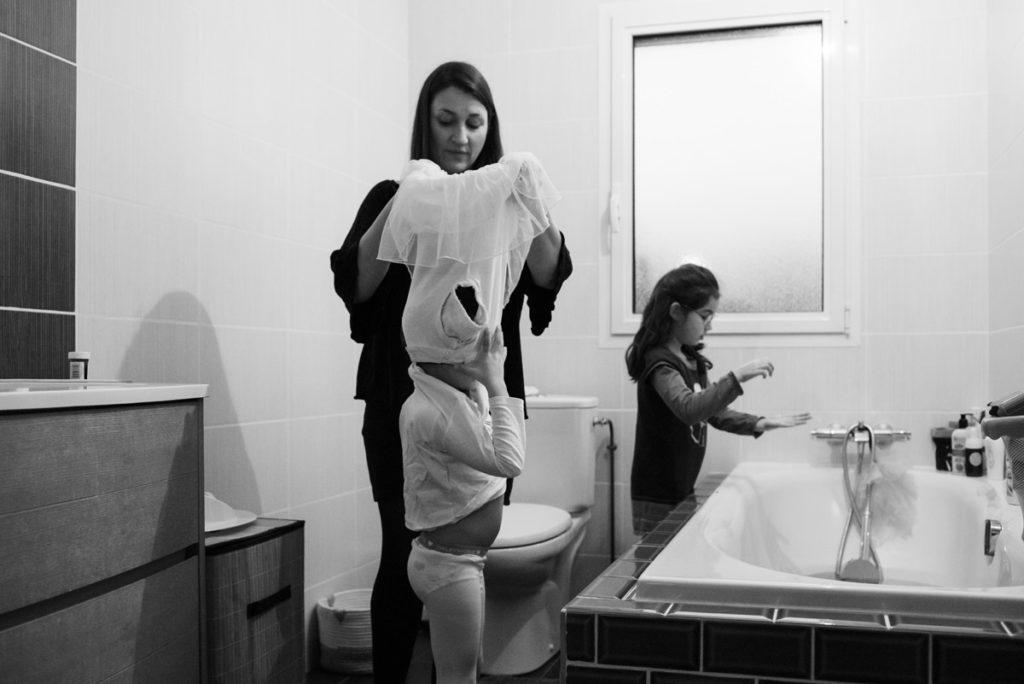 L'heure du bain. Reportage photo en noir et blanc.