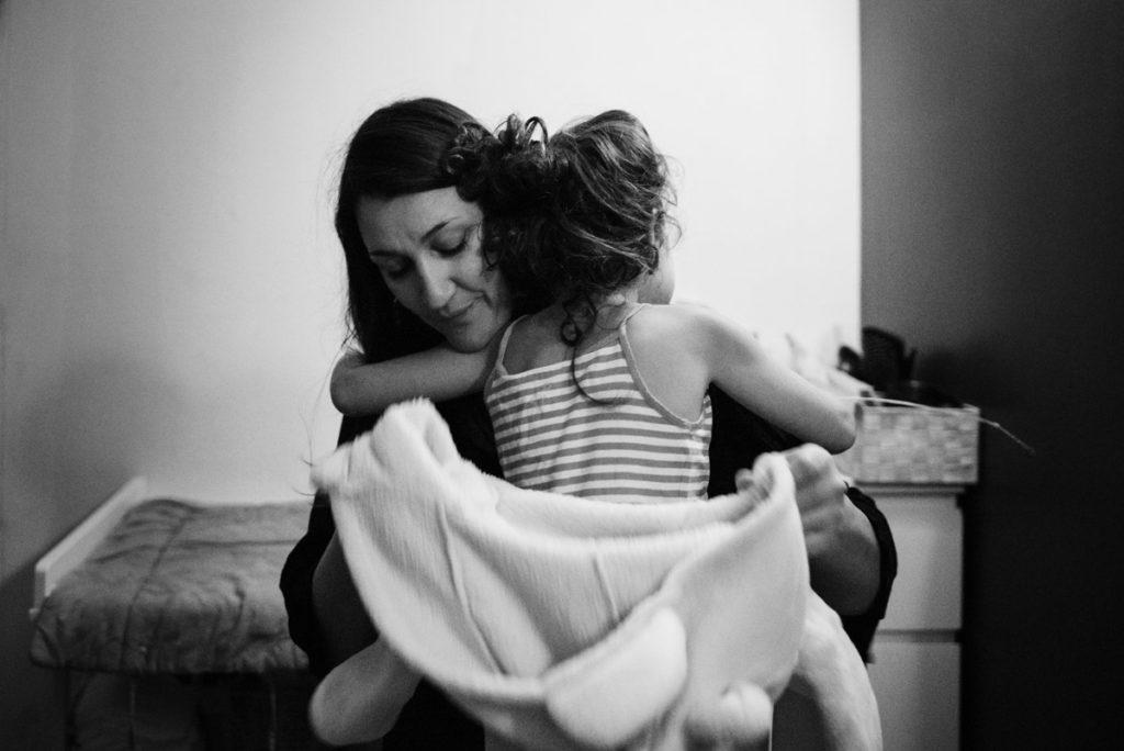 Reportage de famille. Câlin avec maman après le bain.