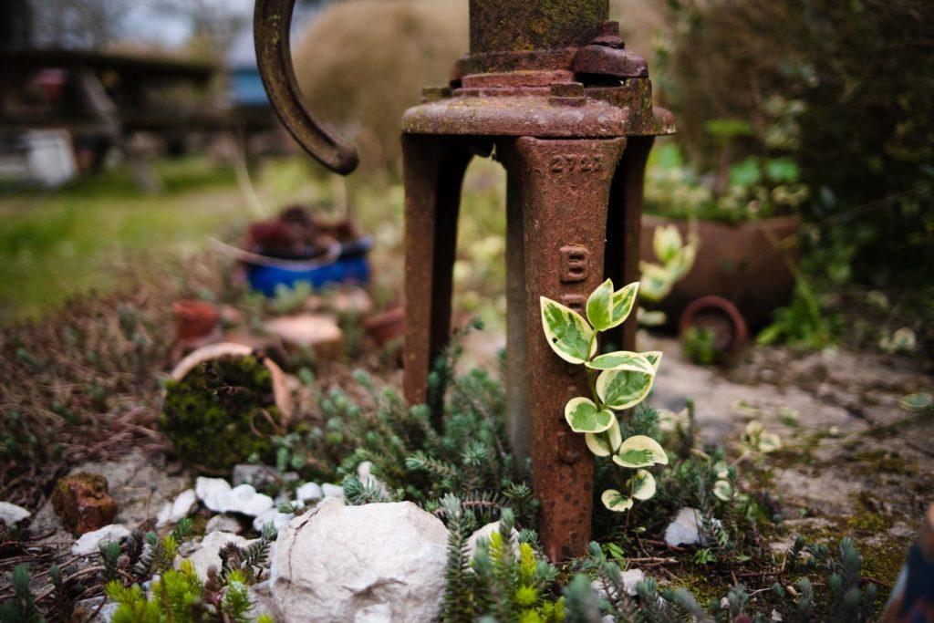 Une de mes valeurs phares : la simplicité. Pompe ancienne dans un jardin. Vivre une vie simple.